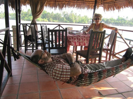 An Binh Hotel : Straw hut with table and hamac near the Mekong River