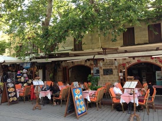 Fainos Restaurant: Добавить подпись
