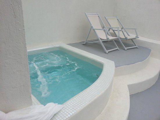 Oia Suites: Our Jacuzzi