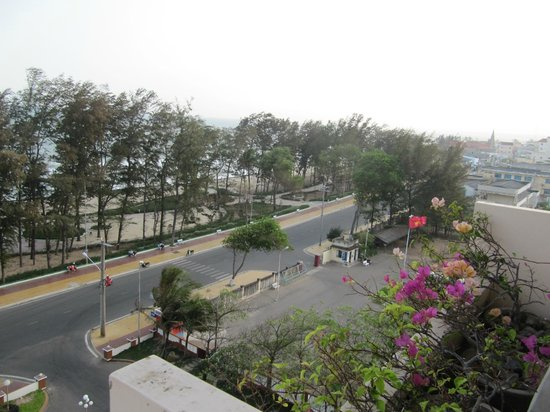 Doi Duong Hotel : View from the room balcony ( the beach below)
