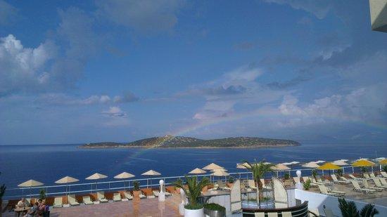 Hermes Hotel : Вид из номера на 5 этаже. Прошел дождь, радуга над заливом.
