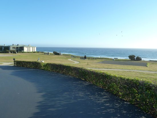 Cavalier Oceanfront Resort: Looking out to fire pits overlooking ocean