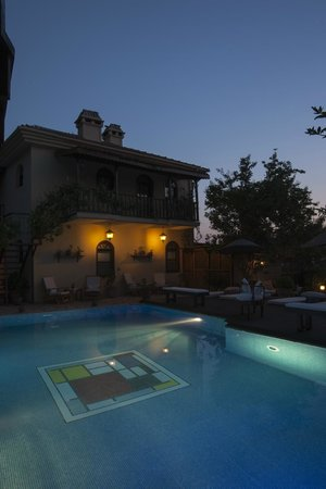 Mandarin Boutique Hotel: Evening at the pool