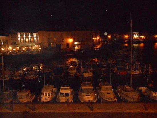 Les Colonnes : Vue du port la nuit