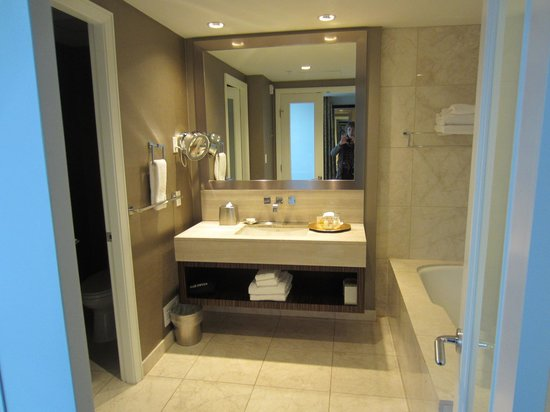 L'Hermitage Hotel : Large and well appointed bathroom, with separate wc.