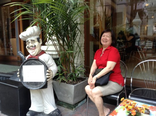 Bossotel Bangkok: Infront of the hotel, one can sit and have coffee