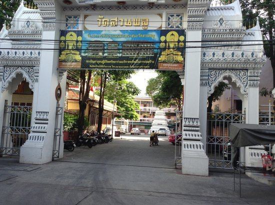 Bossotel Bangkok : View of temple gate across the street
