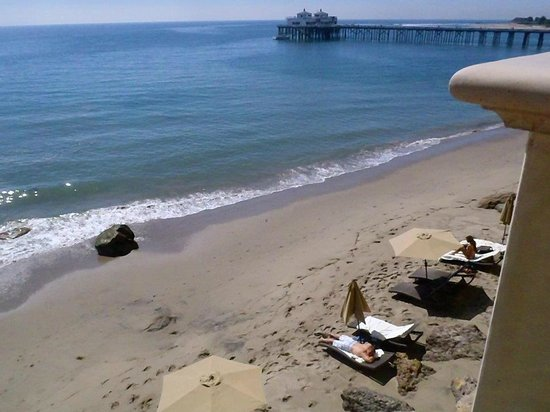 Malibu Beach Inn: The beach are from our balcony.