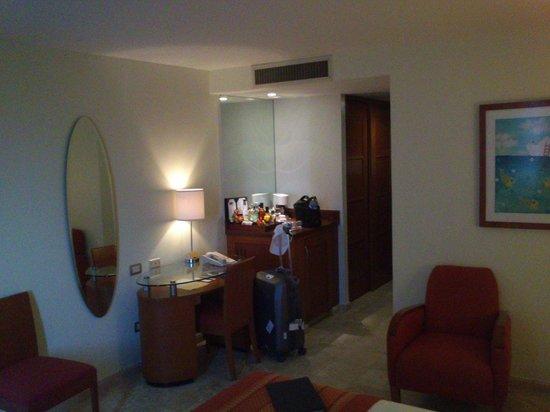 Hyatt Regency Villahermosa: camera- frigo bar
