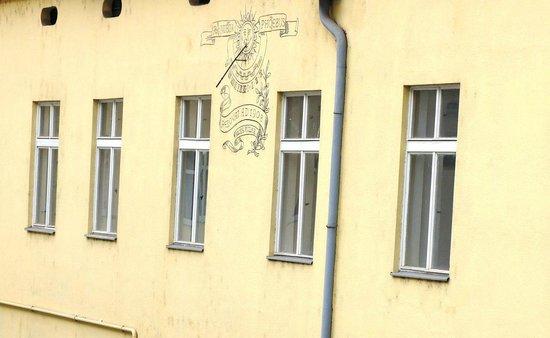 Adeba Hotel: вид из окна на дворик с солнечными часами