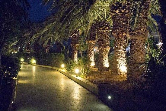 Beach Club Aphrodite: Hotel Entrance at Night