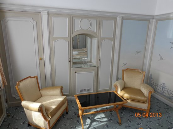 โรงแรมเมโทรโพล: Salon area in suite