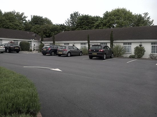 Exeter Court Hotel: Car Park and rooms..