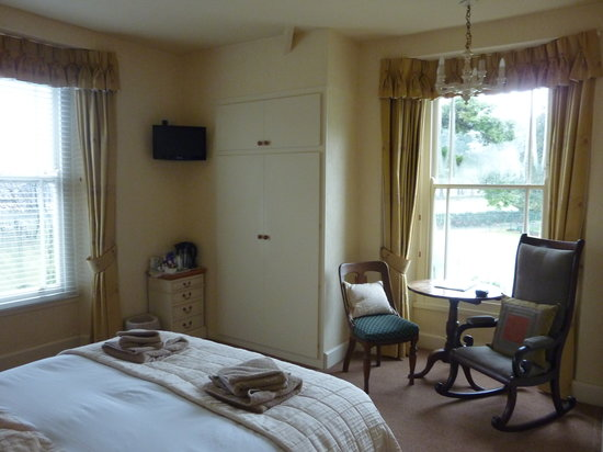 Oaklands Guesthouse: Double en-suite room with dual aspect windows over looking Coniston Old Man