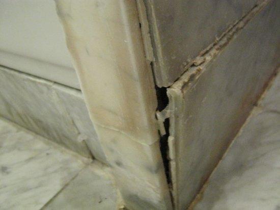Albavilla Hotel: Dirty broken tiles