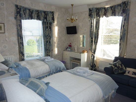 Oaklands Guesthouse: Our twin en-suite room with dual aspect windows