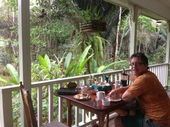 Hickatee Cottages: Having breakfast on the front deck