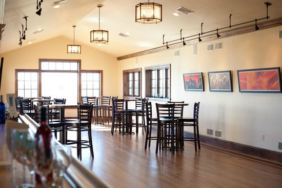 The Vineyard at Grandview: Tasting room with a view overlooking the vineyard