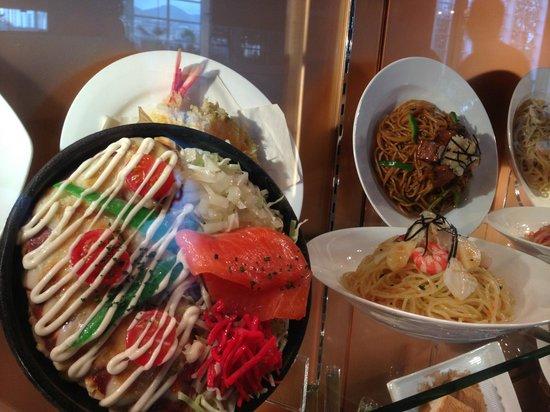 Toi Hokkaido Rice Pizza : fun window display of food