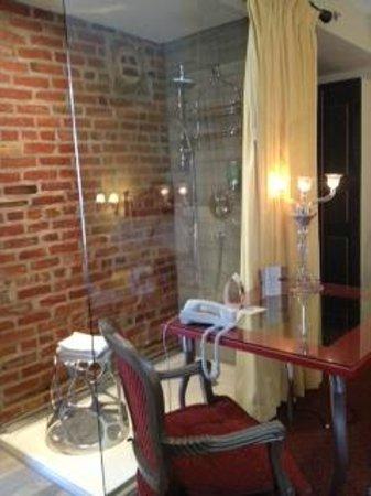 Auberge Place D'Armes: shower