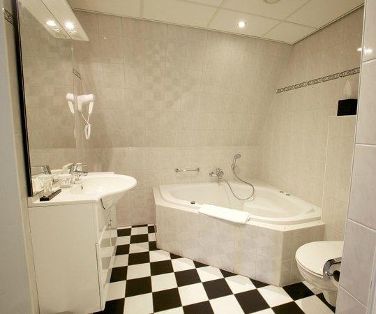 Hotel De Koepoort: Bathroom Junior Suite