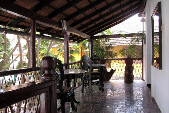 WelcomHeritage Panjim Inn: First floor verandah in the Posada.  Two rooms open to this