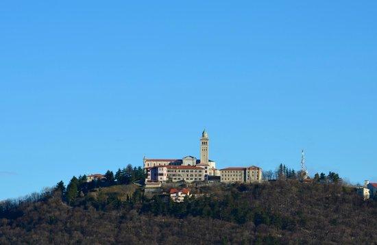 Solkan, Slovenië: Sveta Gora, vom Monte Sabotino aus gesehen