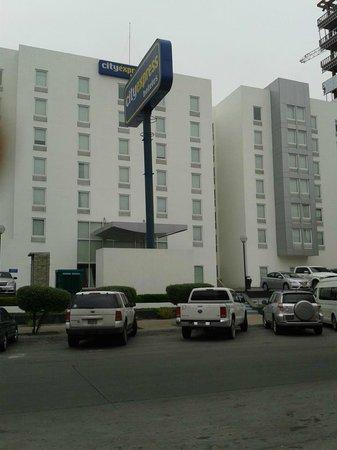City Express Tijuana Rio: Frente do Hotel