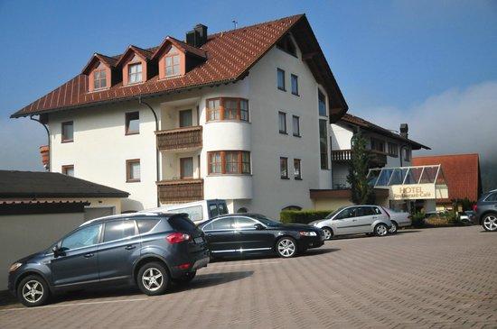 Heselbacher Hof: entrée de l'hôtel et parking