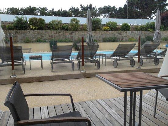 Hotel Le Churchill : Terrasse de la chambre vue sur piscine