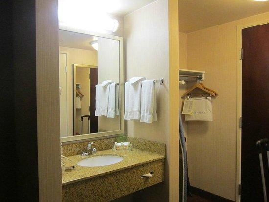 Holiday Inn Palmdale : sink outside of bathroom