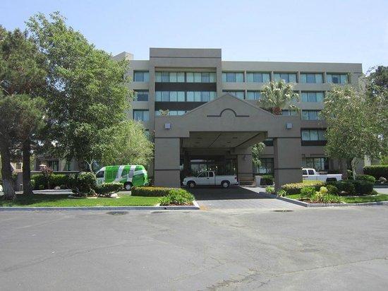 Holiday Inn Palmdale : entrance