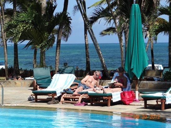 Travellers Beach Hotel & Club: Right on the beach