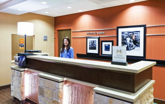 Hampton Inn Austin/Oak Hill : Front desk