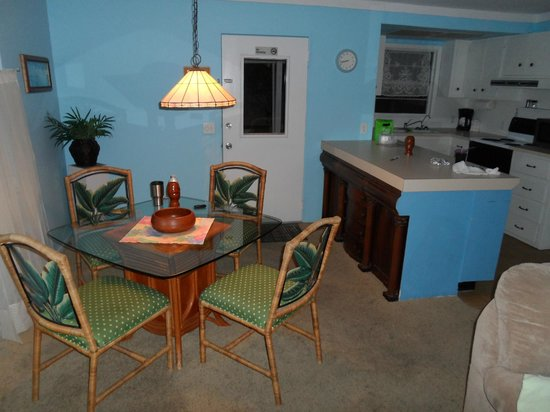 Flamingo Inn: Dining area and kitchen