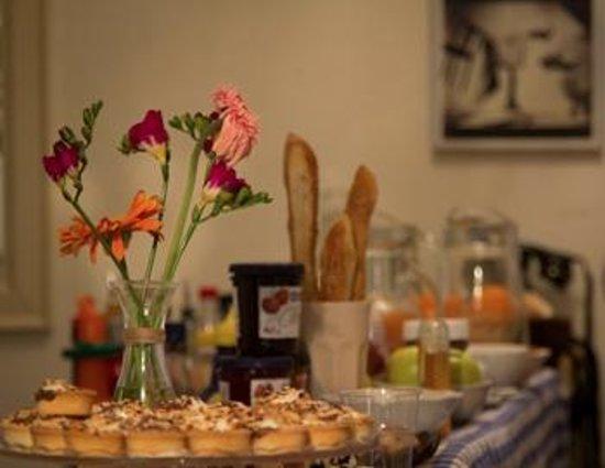 Delikatessen: fleurs et pain on the counter