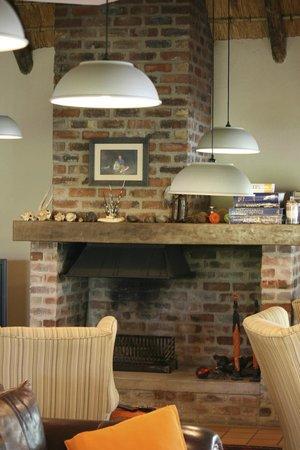 Toro Yaka Bush Lodge: Fireplace in the lodge