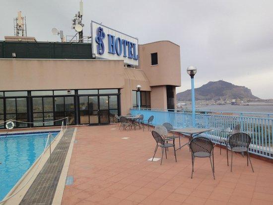 San Paolo Palace Hotel Centro Congressi : Piscine au 14e étage avec 15° et vent ...