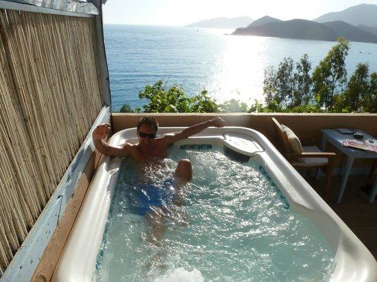 Beyaz Yunus Hotel: Whirlpool auf der Zimmerterasse