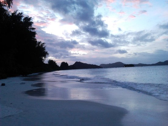 Acajou Beach Resort: Swimming at Sunset is Awesome!
