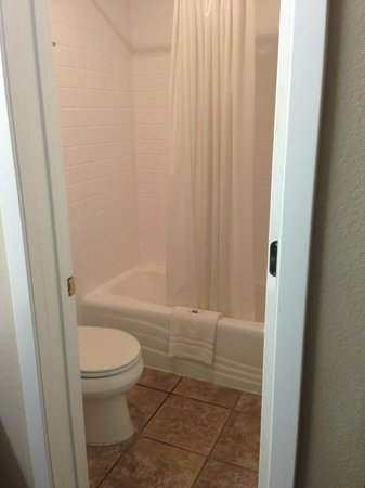 Ridge Motel: room 137 bathroom