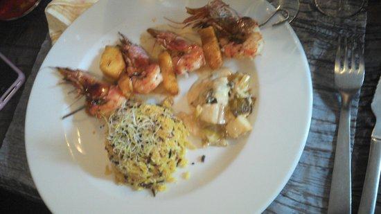 Lou Grilladou : Gambas à l'ananas accompagné de poireaux et riz