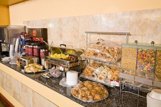 Comfort Suites Elgin: Hot Breakfast