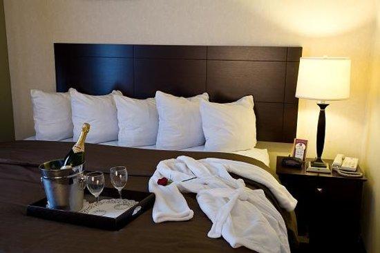Comfort Suites Elgin: King Suite