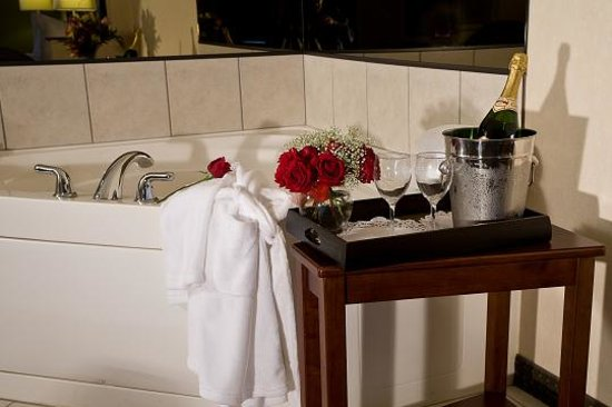 Comfort Suites Elgin: Whirlpool Suite