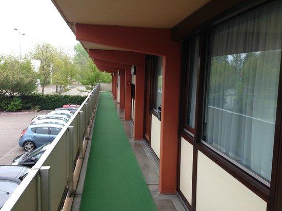 Campanile Amsterdam: Corridor through all rooms