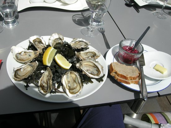 Le Surcouf : My oysters with the fabulous sauce that goes with it.