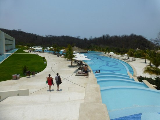 Secrets Huatulco Resort & Spa: View of the swim up bar and activity pool