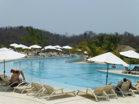 Secrets Huatulco Resort & Spa: More pool