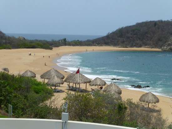 Secrets Huatulco Resort & Spa: Great beach - you can cross over to the other bay for walking